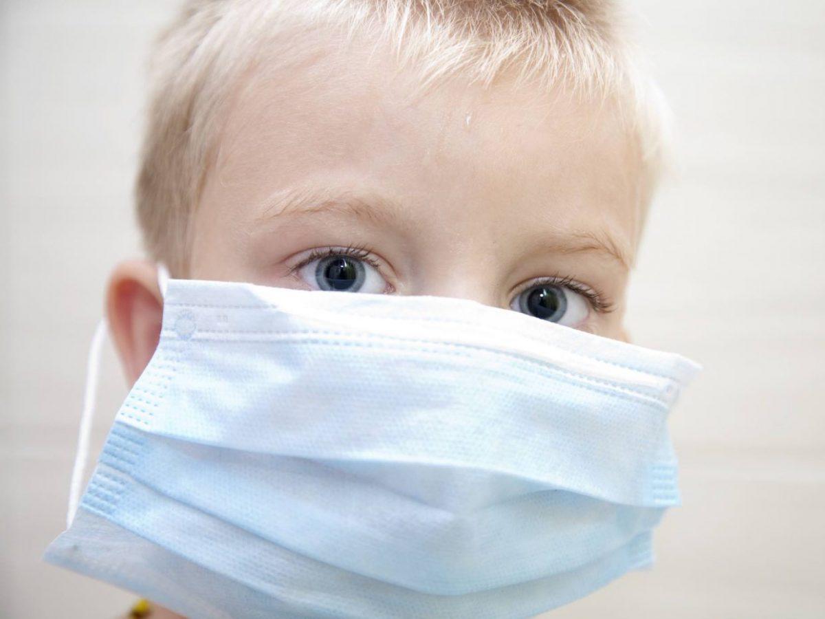 bambino con mascherina